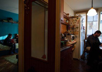 Mirko piše uz kafu, dok njegov sin gleda televiziju pre škole. Mirko je zabrinut, jer zagađenost vazduha u Beogradu (Srbija) utiče na zdravlje njegovih sinova, pa radi kao saradnik nevladine organizacije kako bi poboljšao standarde kvaliteta vazduha. Globalni poziv za klimatsku akciju / Greg McNevin
